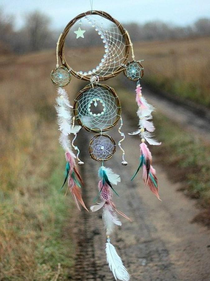 attrape-reve-modele-avec-plusieurs-anneaux-decoration-de-plumes-exemple-fantastique