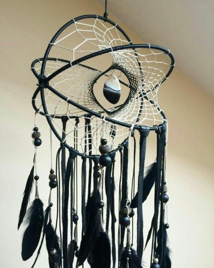 attrape-reves-forme-interessante-toile-blanche-et-decoration-noire