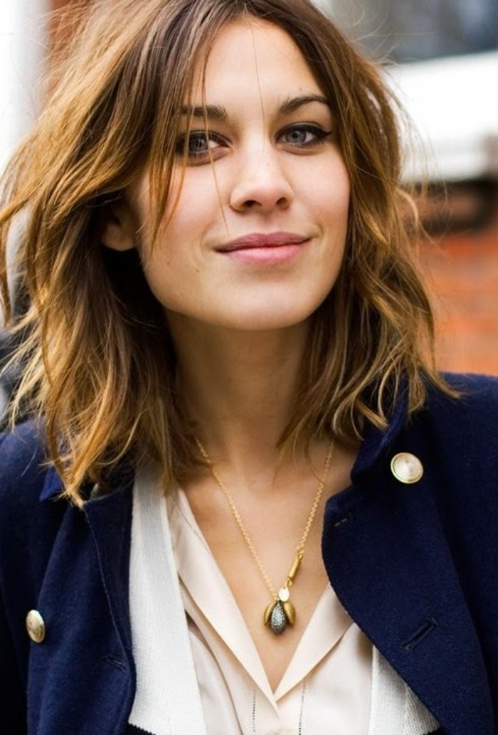 belle-coupe-au-carre-degrade-moderne-mi-longs-cheveux