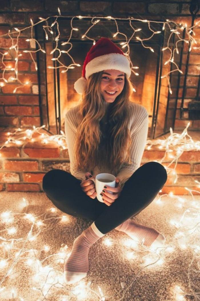 belle-fille-ambiance-festive-guirlande-lumineuse-noel