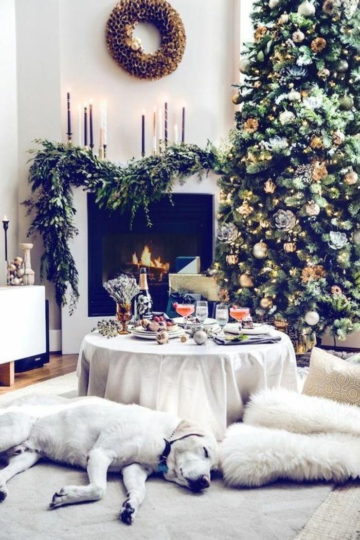 belle-guirlande-lumineuse-exterieur-noel-chambre-blanche-decoree-avec-branches-de-sapin-et-sapin-de-noel