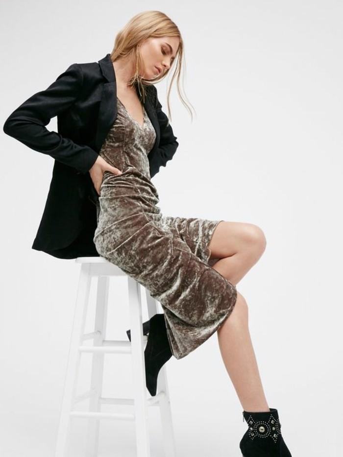 belle-robe-de-chambre-en-velours-mi-longue-accessoirise-avec-bottes-boheme-et-veste