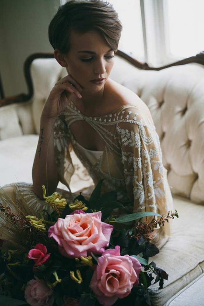 belle-robe-de-mariee-manche-longue-idee-bouquet-roses