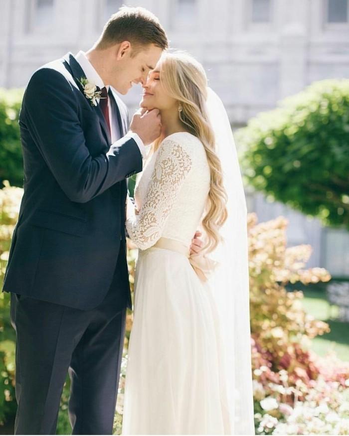 belle-robe-de-mariee-manche-longue-voir-idee-magnifique-couple