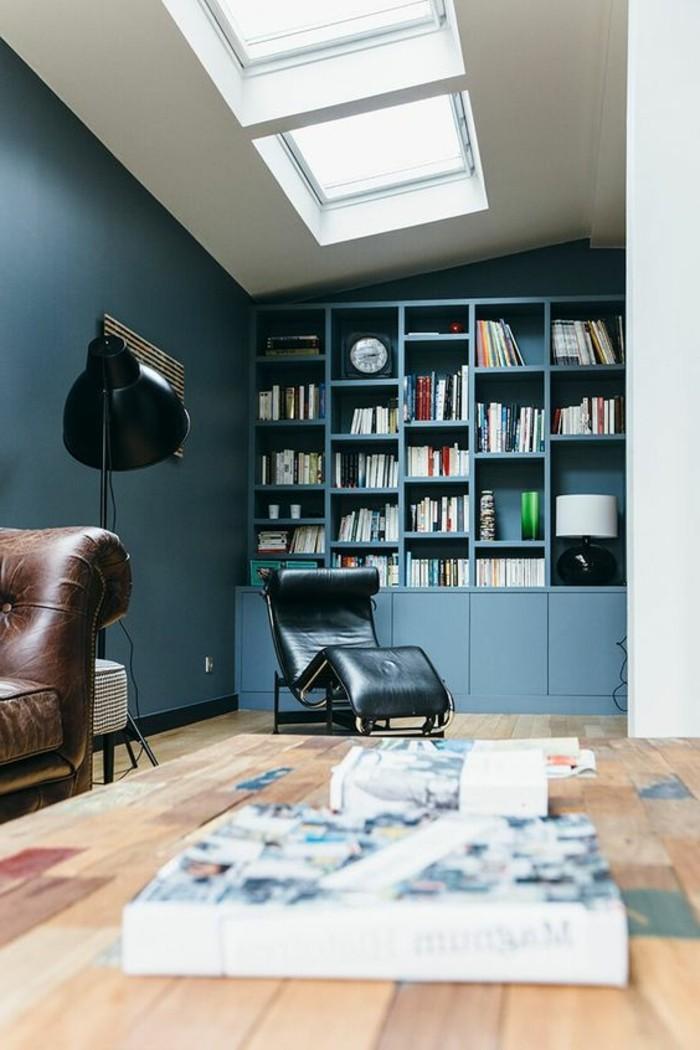 bibliotheque-murale-bleue-fauteuils-en-cuir-puits-de-lumiere