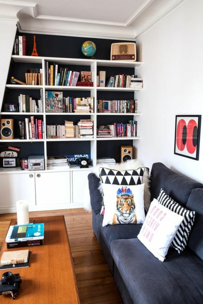bibliotheque-murale-table-en-bois-et-sofa-gris-placards