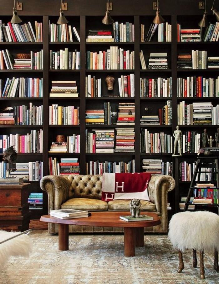bibliotheques-meubles-salon-spacieux-tabouret-petite-table-et-banquette