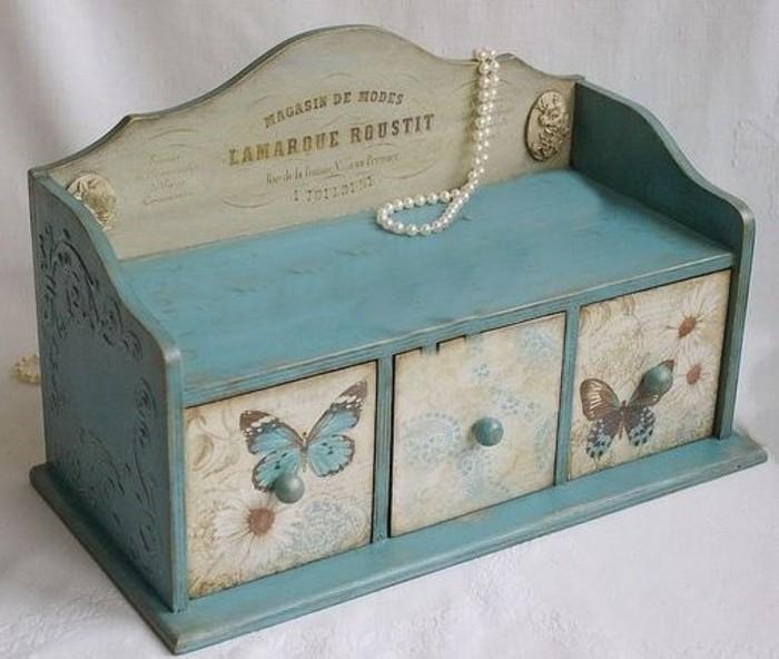boite-a-bijoux-vintage-decoree-a-l-aide-de-papier-decopatch-a-superbes-motifs