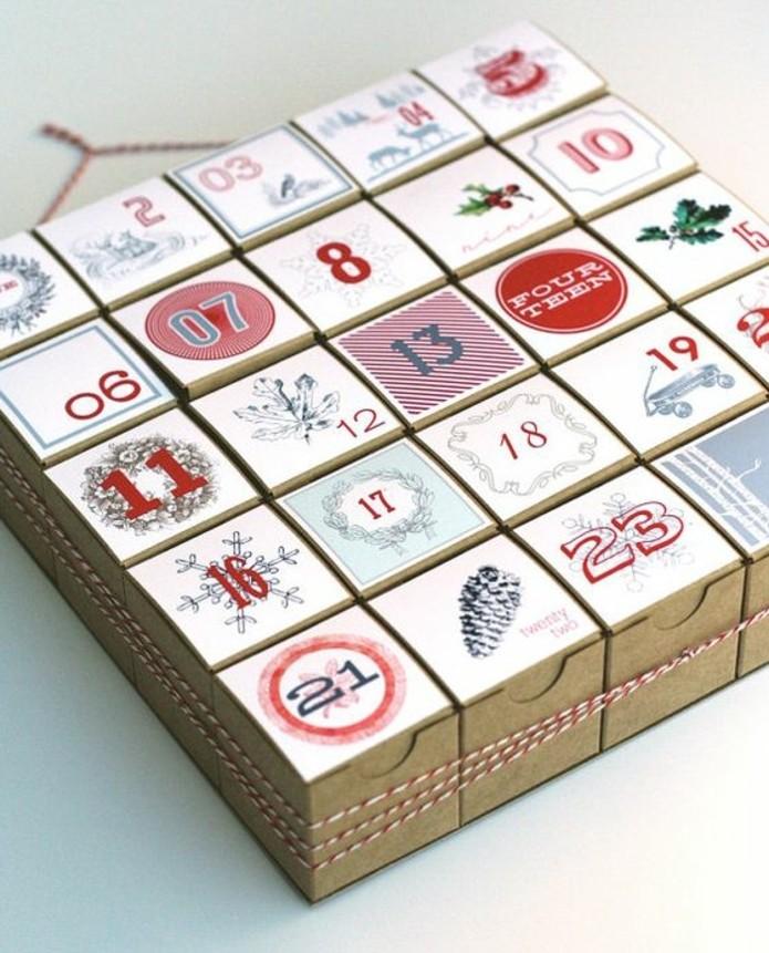 boites-de-carton-numerotes-contenant-des-gourmandises-et-de-petits-cadeaux-calendrier-de-l-avent