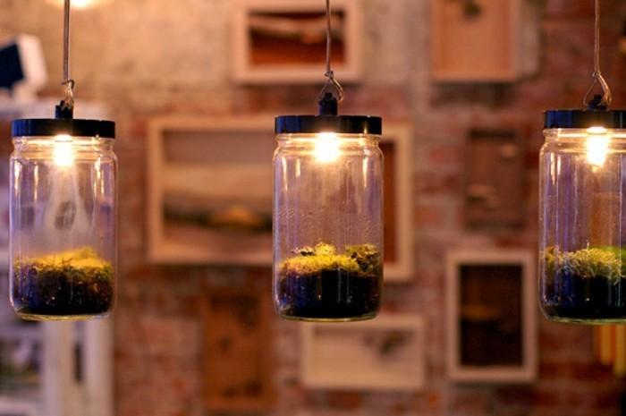 bocal-en-verre-tres-sympa-transforme-en-jardin-miniature-eclaire-une-petite-serre-jardin-a-avoir-a-la-maison