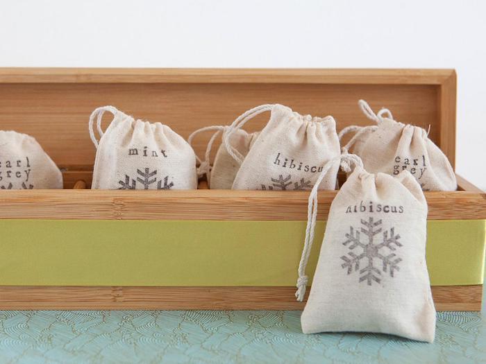sacoches de thé customisés avec de différents thés rangées dans une boite de bois longue, cadeau petit ami