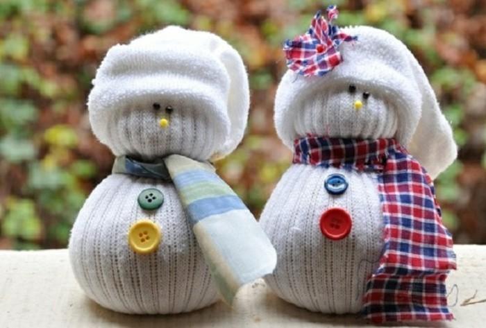 bonhommes-de-neige-tres-sympas-faits-a-partir-de-bas-blancs-decoration-de-noel-a-fabriquer-suggestion-charmante