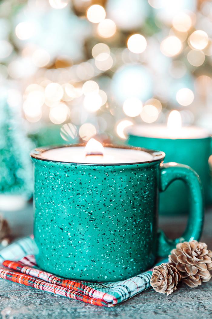 cadeau a faire soi meme, exemple de tasse à thé couleur bleu vert avec de la cire a l interieur, cadeau de noel pour maman