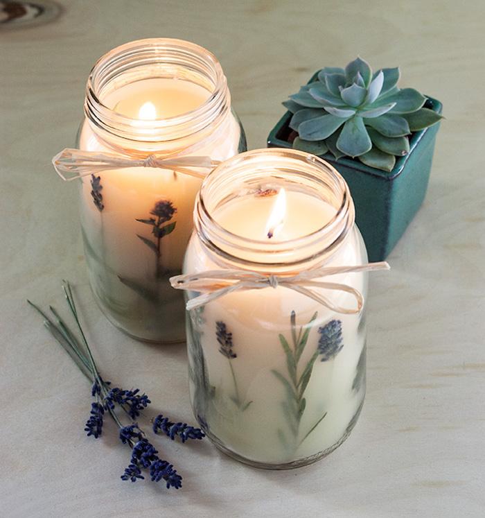 idee cadeau fete des meres ou cadeau noel a fabriquer en pot en verre recyclé. bougeoir en pot avec cire et fleurs séchées