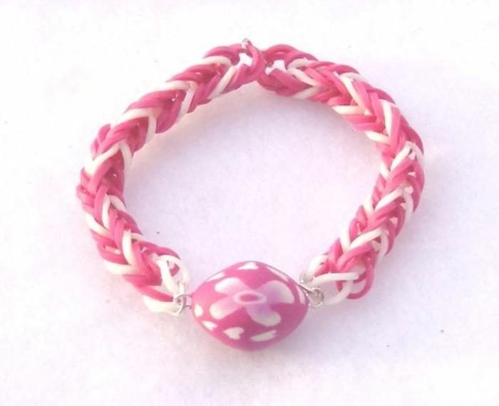 bracelet-elastique-en-rose-et-blanc-pare-d-un-pendentif-sympa