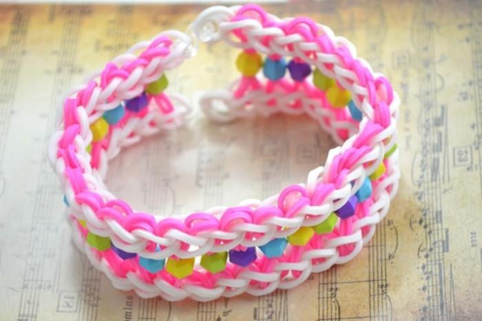 bracelet-en-elastique-tres-sympa-modele-doux-tres-feminin-en-rose-et-blanc-et-perles