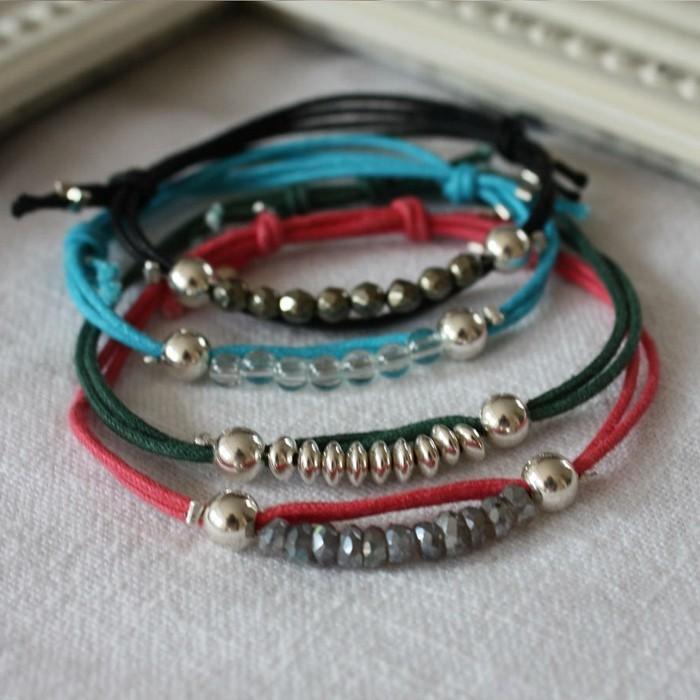 bracelet-en-eslastique-decores-de-perles-et-de-differents-accessoires