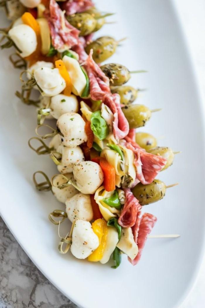brochette-apero-dinatoire-de-mozzarella-tortellini-olives-et-poivres