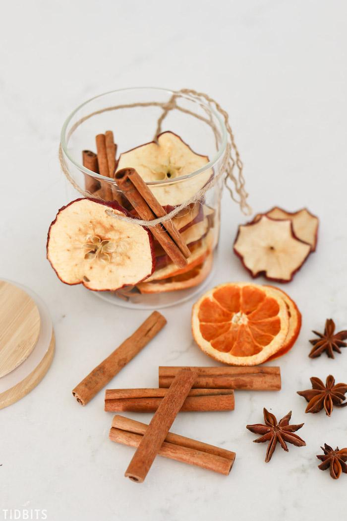 idée cadeau fait main, idee pour faire pot pourri en pot de verre recyclé rempli de tranches de pomme et d orange séchées avec batons de canelle et anis