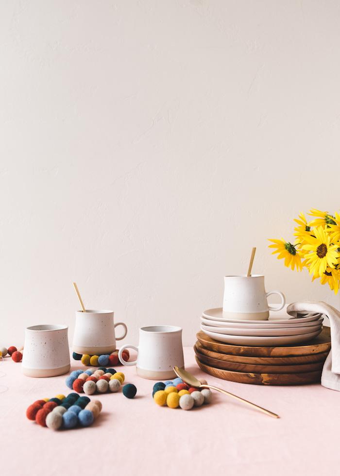 dessou de verre diy en mini pompons colorés cousus ensemble, idee cadeau fete des meres a faire soi meme