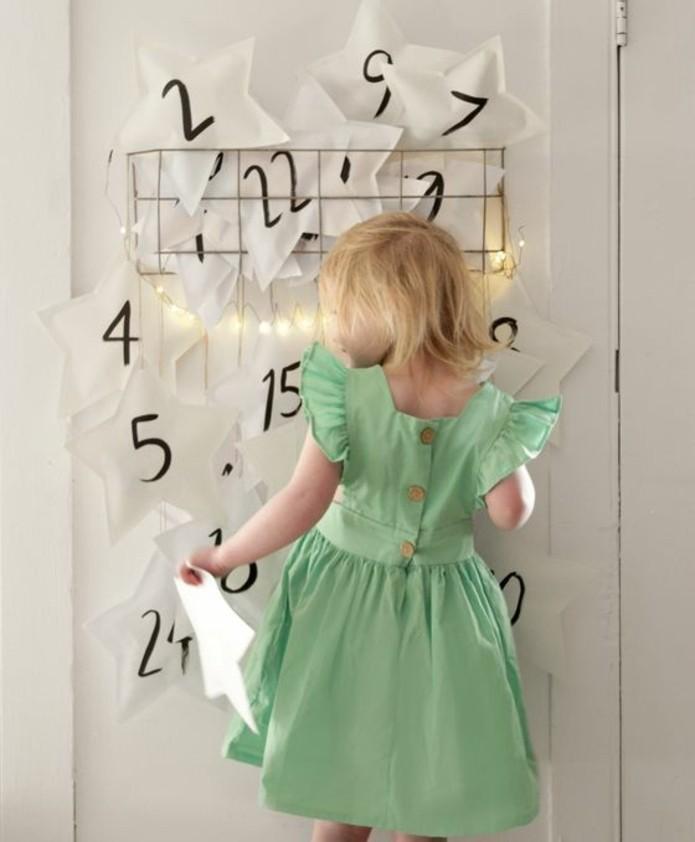 calendrier-de-l-avent-compose-de-petites-etoiles-blanches-en-tissu-numerotes-calendrier-de-l-avent-simple