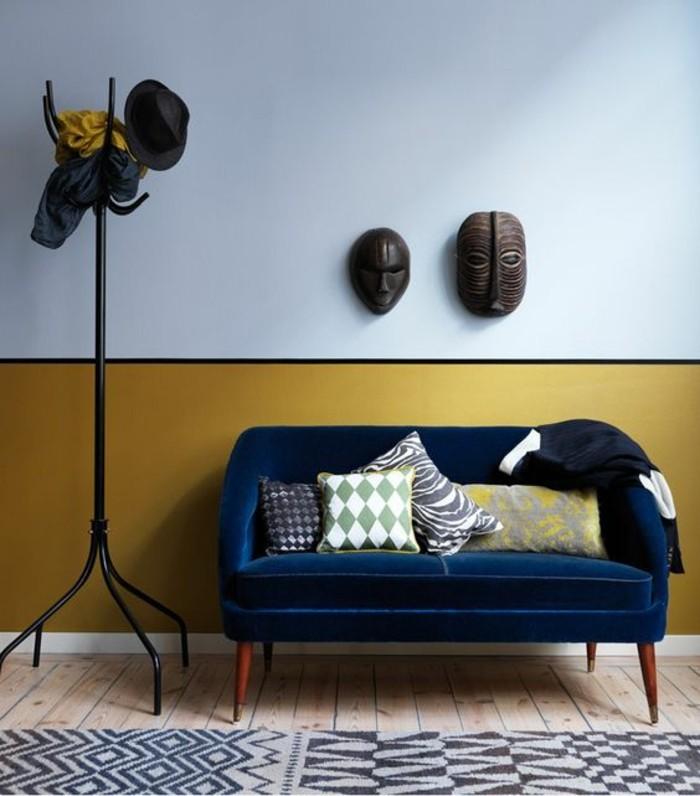 canape-en-velours-bleu-canard-mur-jaune-peinture-moutarde-entree