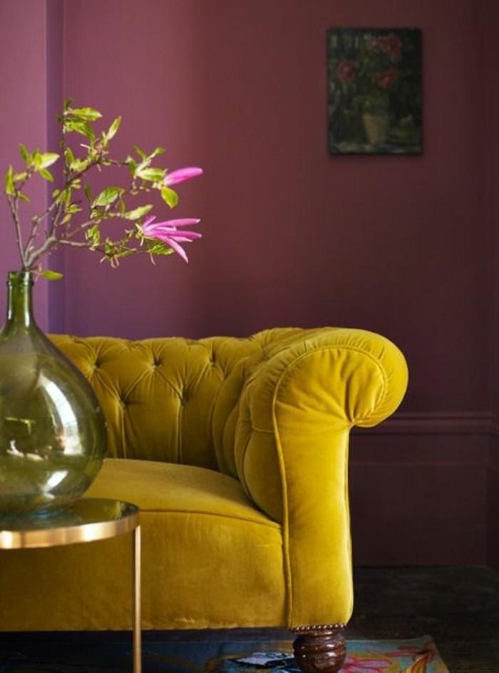 canape-jaune-moutarde-mur-violet-salon-moderne