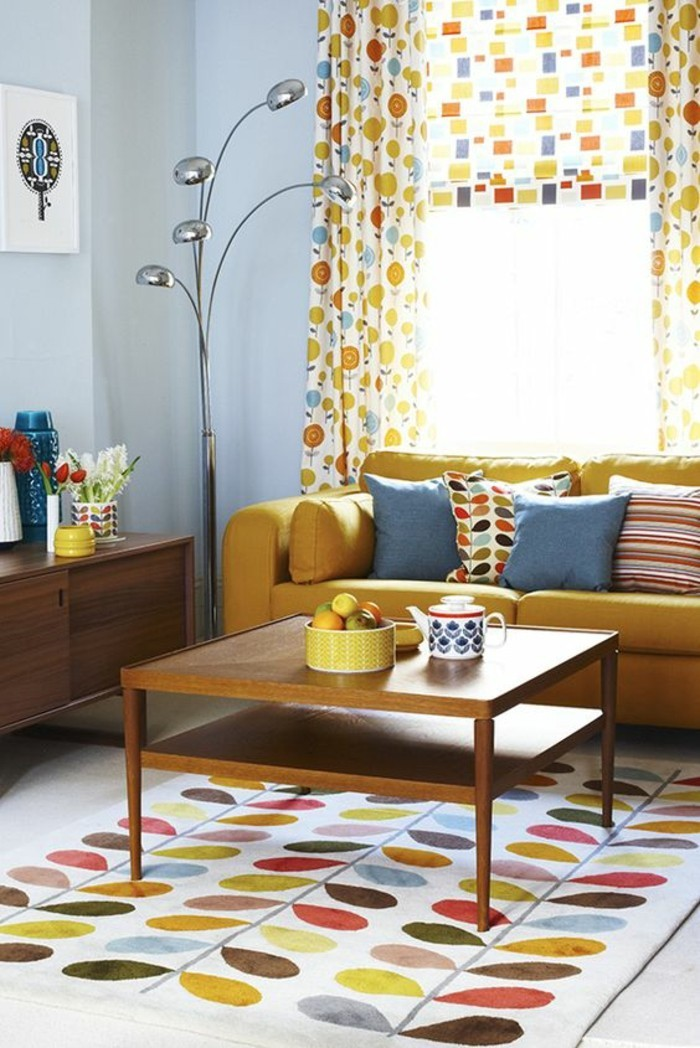 canape-jaune-moutarde-salon-vintage-tapis-et-rideaux-colores