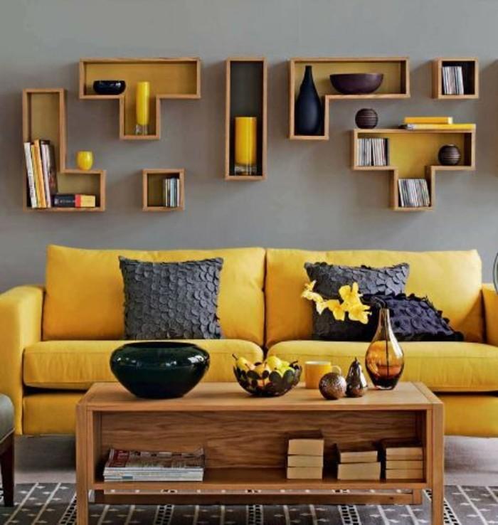 canape-jaune-moutarde-table-basse-en-bois-etageres-asymetriques
