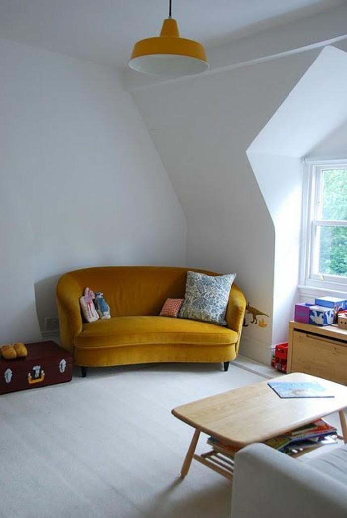 canape-vintage-et-lampe-en-jaune-moutarde-interieur-blanc-table-basse-en-bois