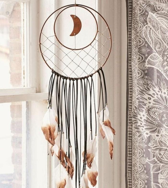capteur-de-reve-idee-diy-tres-interessante-plumes-en-blanc-et-marron-petite-lune-comme-element-deco