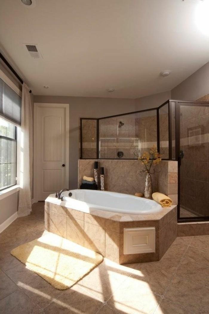 carrelage-beige-baignoire-et-cabine-de-douche-salle-de-bain-spacieuse