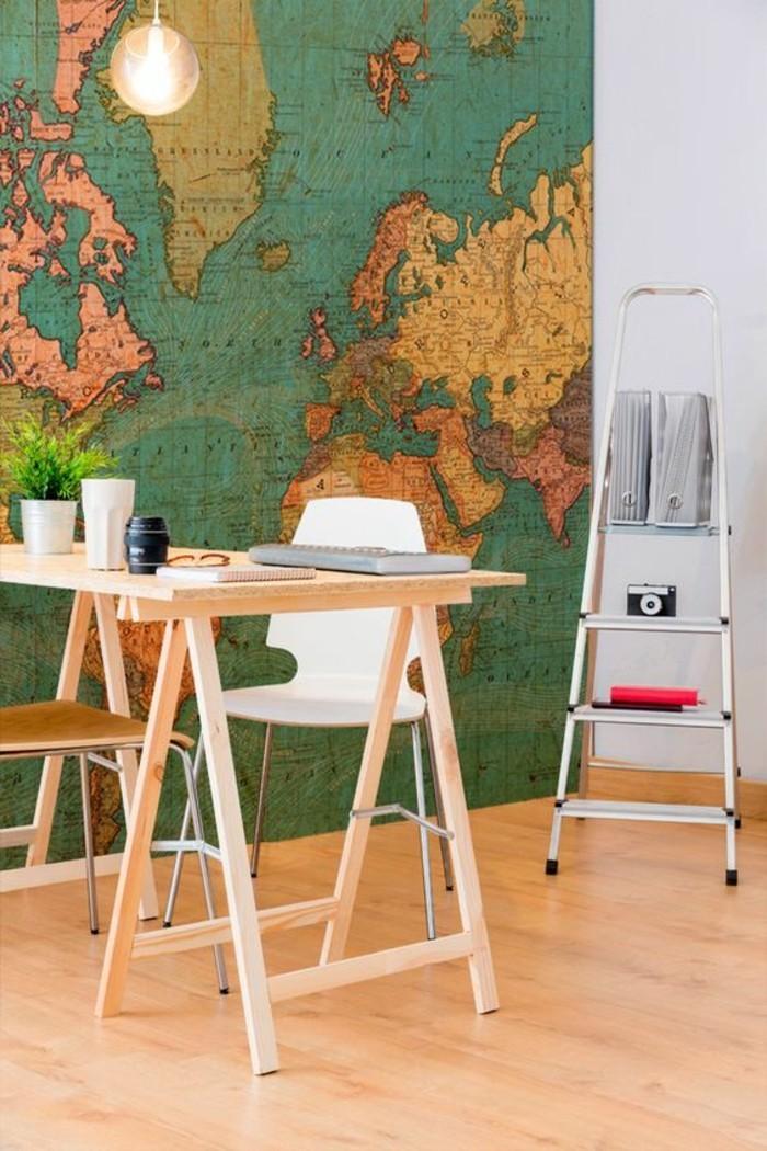 carte-du-monde-vintage-sur-fond-vert-table-en-bois-claire-echelle
