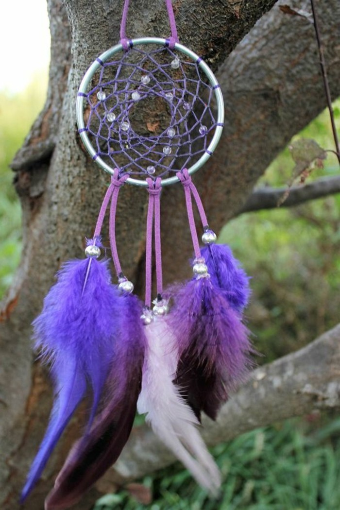 cerceau-en-acier-toile-en-ficelle-couleur-violet-plumes-violet-exemple-d-attrapre-reve-genial-attrape-dreamcatcher