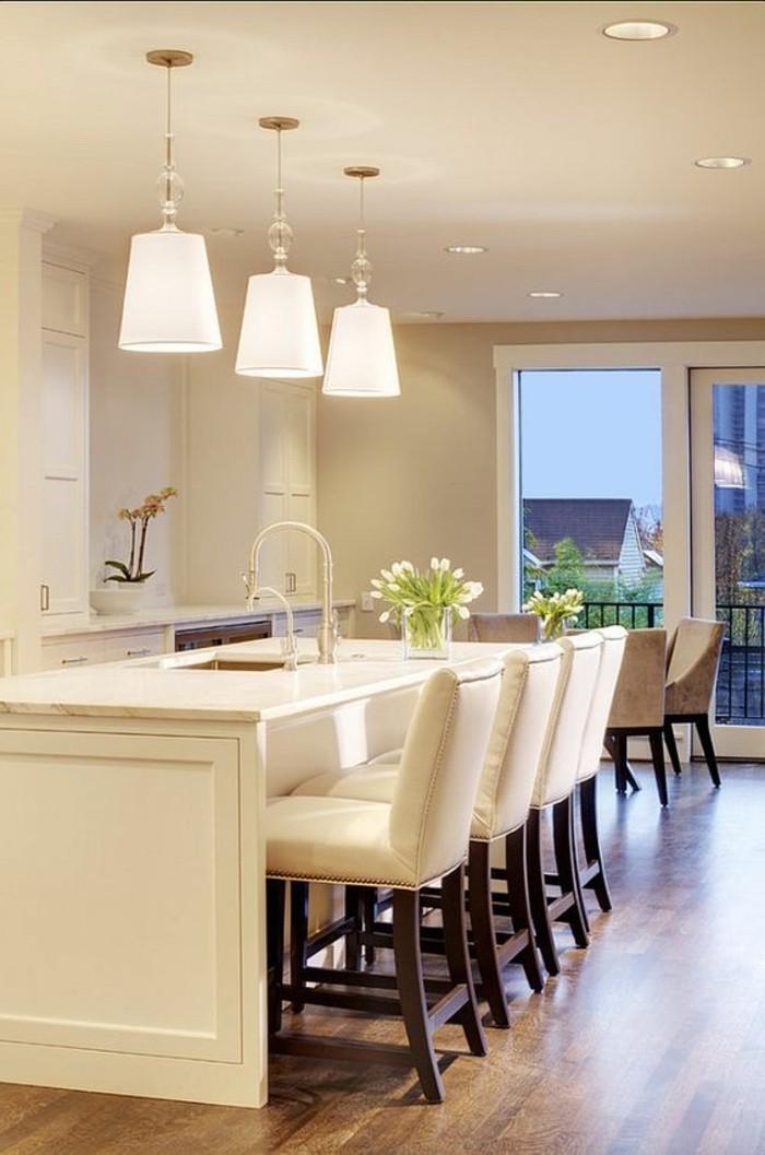 chaise-de-cuisine-moderne-chaises-blanches-autour-de-lilot