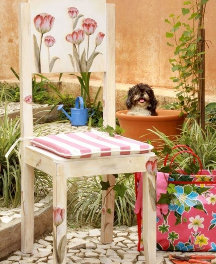 chaise-en-bois-joliment-decore-a-l-aide-du-serviettage-technique-pour-relooker-un-meuble-chine