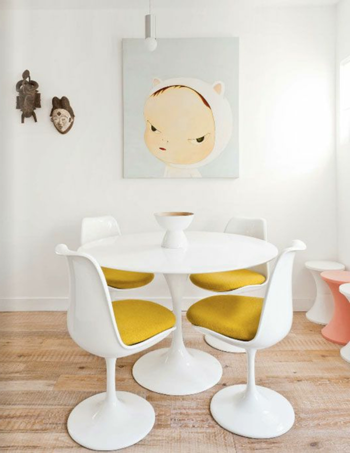 chaise-tulipe-chaises-blanches-tulipe-coussins-jaunes