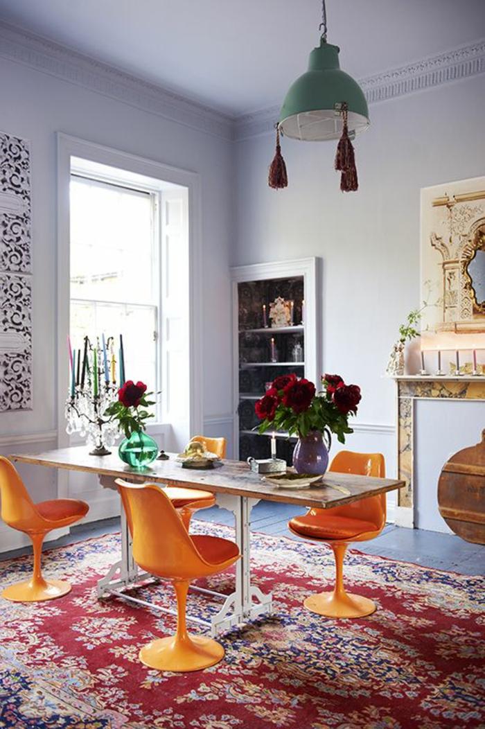 chaise-tulipe-chaises-oranges-et-tapis-oriental