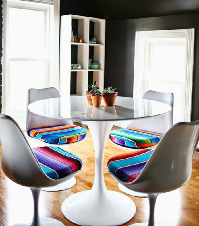 chaise-tulipe-coussins-colores-table-tulipe-blanche-equipement