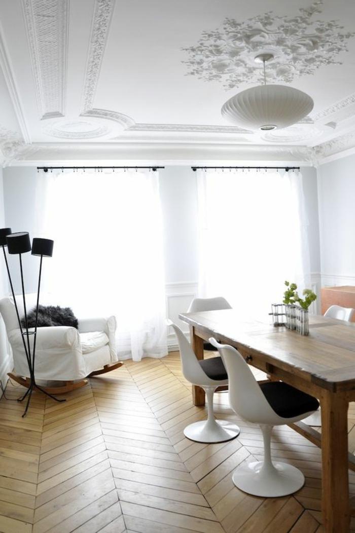 chaise-tulipe-decoration-avec-retro-meubles-et-parquet-en-bois