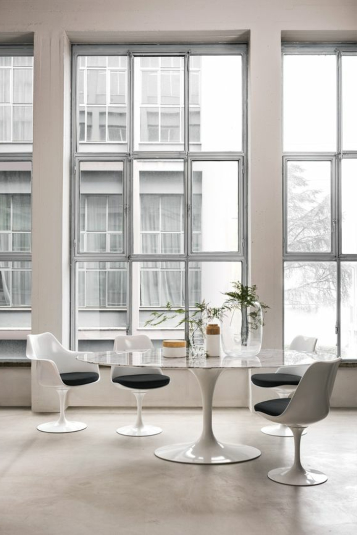 chaise-tulipe-grandes-fenetres-blanches-table-en-verre-ovale