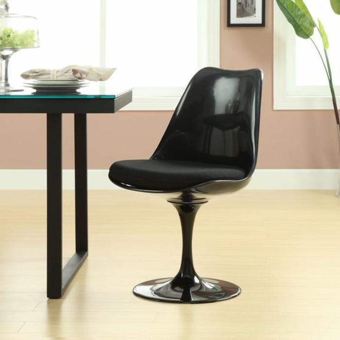 chaise-tulipe-noire-table-noire-amenagement-style-pour-salle-a-manger
