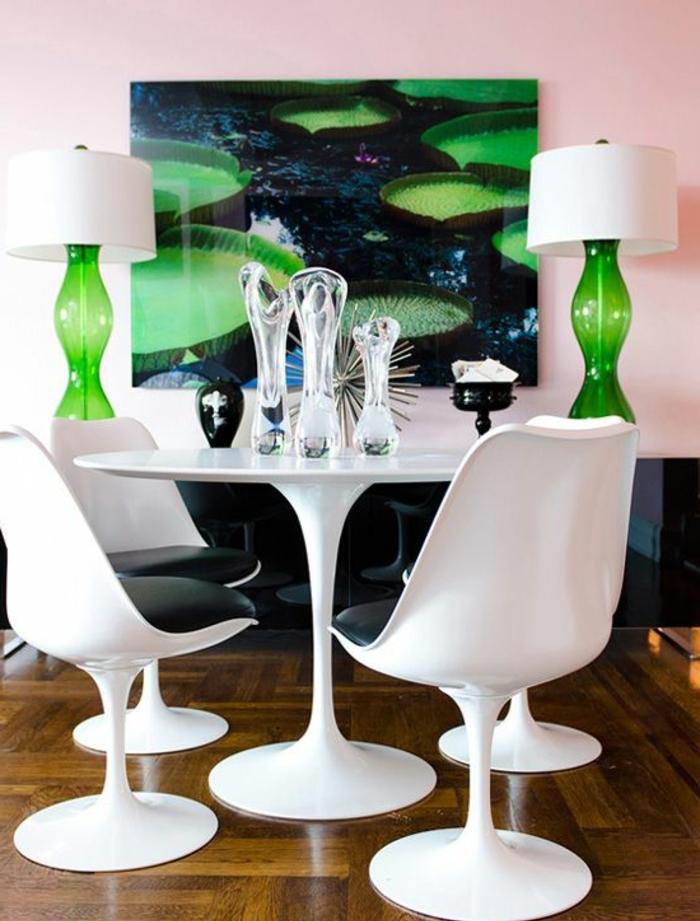 chaise-tulipe-quatre-chaises-blanches-autour-dune-table