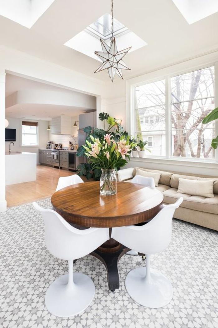 chaise-tulipe-table-ronde-en-bois-fonce-interieur-vaste
