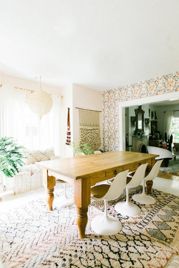 chaise-tulipe-tapis-barbare-table-en-bois-et-chaises-tulipe