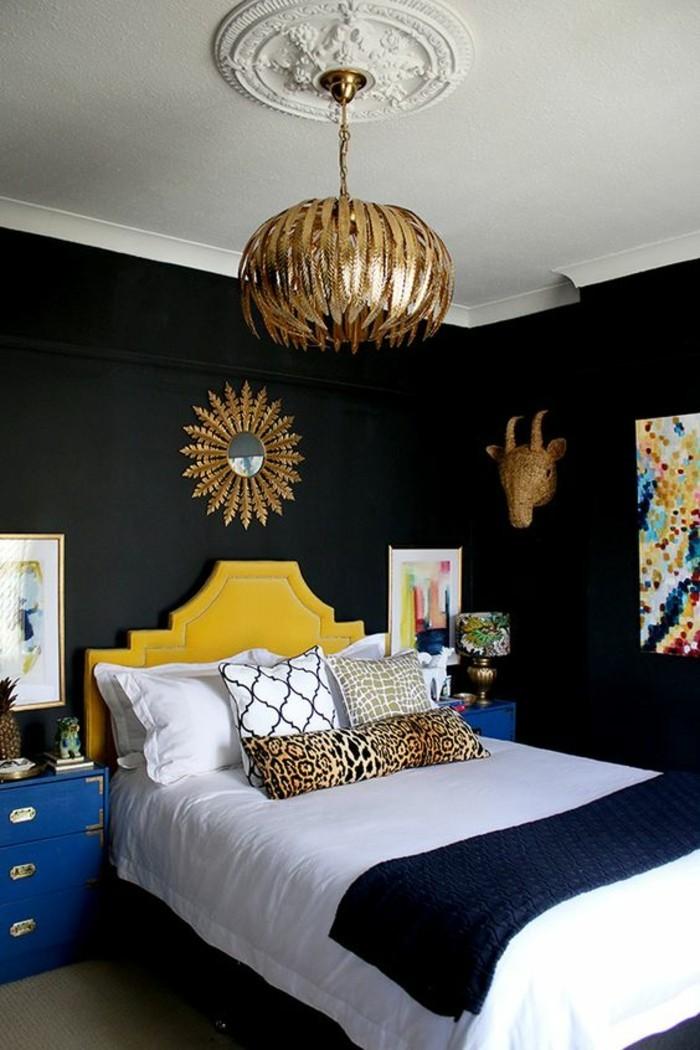 chambre-a-coucher-murs-noirs-deco-moderne-suspension-doree-tete-de-lit-couleur-moutarde