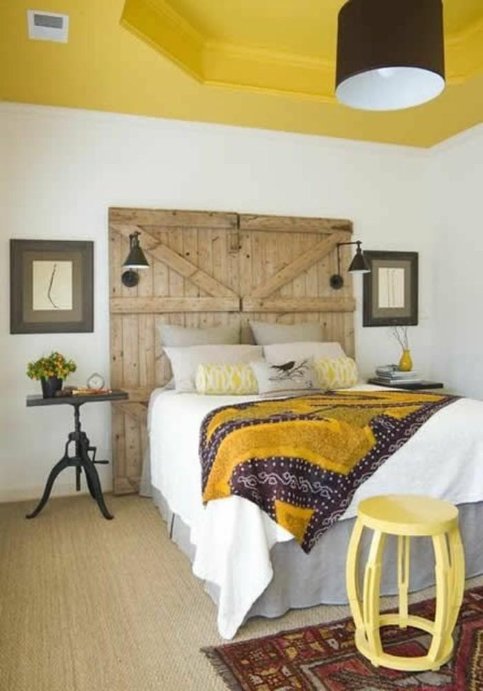 chambre-a-coucher-rustique-plafond-jaune-deco-couleur-moutarde