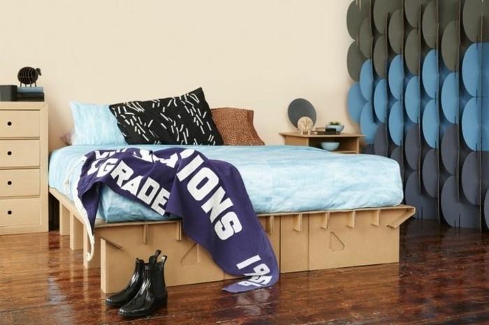 chambre-a-coucher-amenage-avec-de-meubles-en-carton-lit-en-carton-table-de-chevet-en-carton-tuto-meuble-en-carton