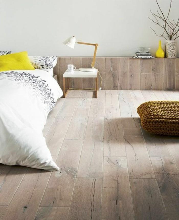 chambre-a-coucher-sol-parquet-clair-lit-double-grande-chambre-a-coucher-lampe-de-lecture