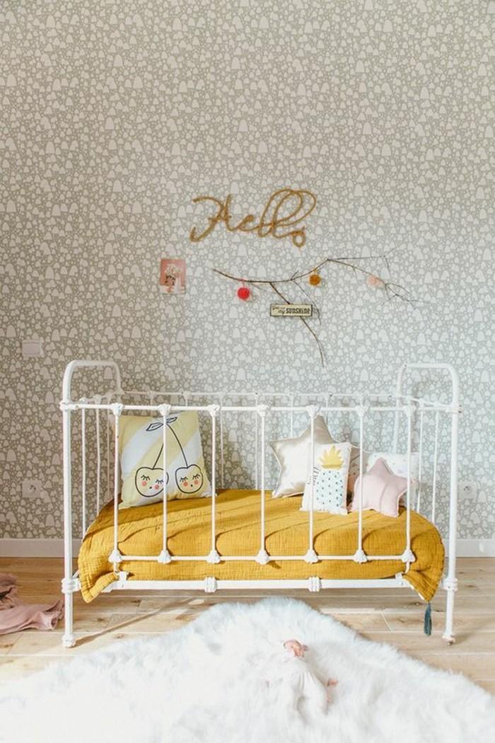 chambre-bebe-joli-lit-a-barreaux-avec-matelas-couleur-moutarde
